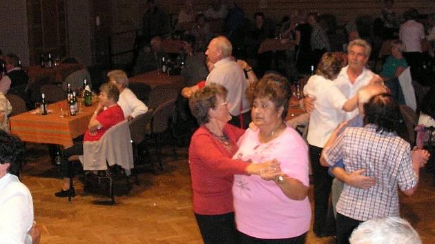 Senioři se bavili tancem
