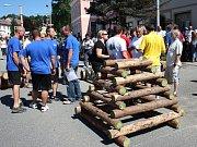 Poslední přípravy a klání o putovní volarský dřevák může začít.