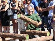 Štafetové sládání dřevěné pyramidy.