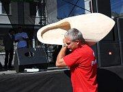 O tenhle padesát kilo težký a 120 centimetrů dlouhý dřevák se bojuje rok co rok.