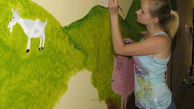 Se štětci v ruce vyzdobily studentky charitní domov.