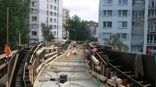 Stavba lávky je již ve své druhé polovině.
