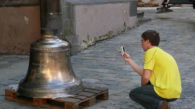 Poslední šance vyfotografovat si nový zvon před jeho vyzdvižením do věže.