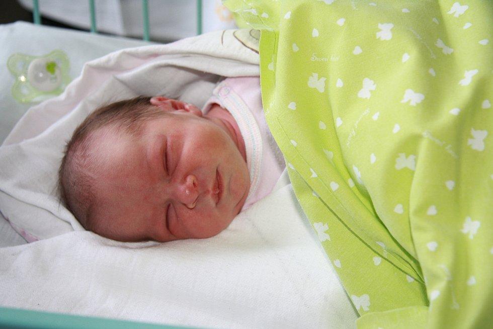 NIKOL KRÁLÍKOVÁ, PRACHATICE. Narodila se ve středu 8. ledna ve 12 hodin a 29 minut v prachatické porodnici. Vážila 3010 gramů. Rodiče: Dominika a Štefan Králíkovi.