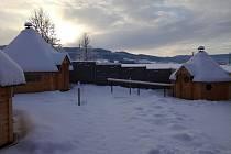 Saunový svět zahrnuje dva nové venkovní sruby, venkovní altán a stávající saunu. Kombinované venkovní saunové sruby s osmihranným půdorysem, včetně odpočívárny, jsou z poloviny tvořeny finskou saunou. Foto: Správa sportovních zařízení Volary