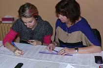 Volební komise má za úkol ověřit u každého voliče jeho totožnost podle platného dokladu a i to, zda je zapsán do stálého seznamu voličů právě v jejich okrsku.