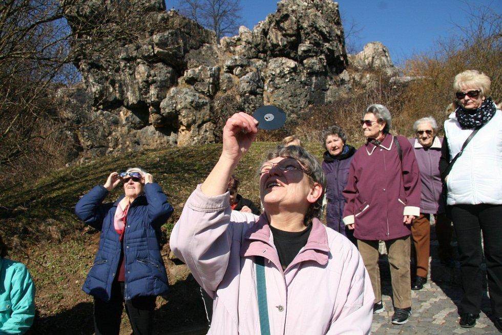 Senioři sledovali s Prachatickým deníkem zatmění slunce ze Skalky.