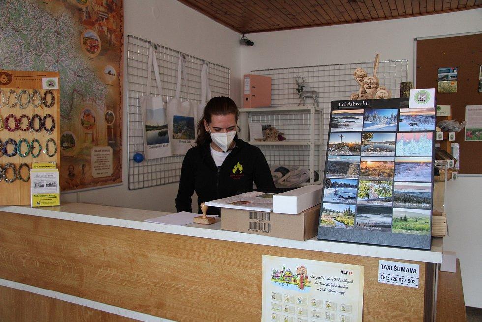 Nabídka informačního centra v Borové Ladě je na on-line a Lenka Václavíková vydá objednané zboží turistům.