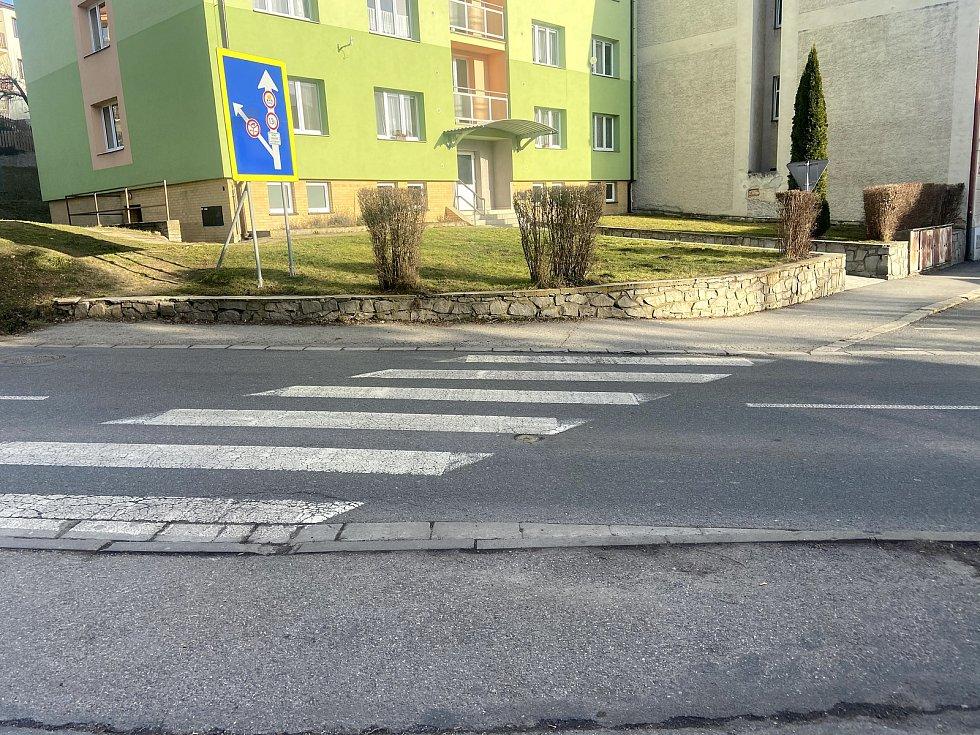 Chodník v Husinecké ulici chce město Prachatice opravit ještě letos.