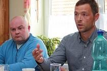 Téměř roční úsilí dospět k oboustranně výhodné dohodě věnoval vyjednavač obce Ktiš Josef Brož (vpravo) se zástupci společnosti Garnet Group. teď se ukazuje, že zřejmě marně.