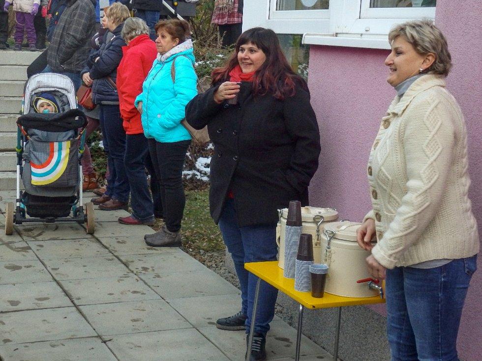Děti z MŠ Českká v Prachaticích měly předčasné Vánoce.