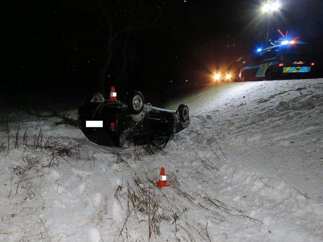 Po smyku na kluzké vozovce skončil řidič sgolfem mimo silnici.