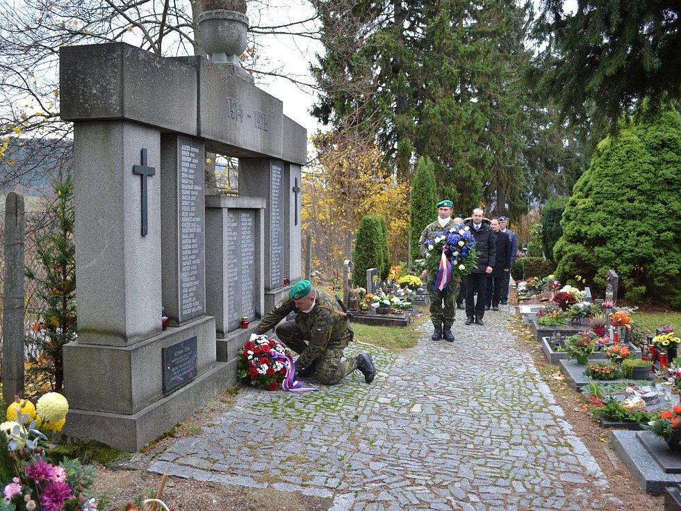 Zástupci města a Klubu vojenských důchodců z Prachatic uctili památku padlých ve světových válkách.