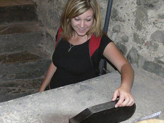 PUKLÉ SRDCE. Do věže kostela svatého Jakuba se přišla podívat na puklé srdce zvonu také Pavlína Hlavínová.