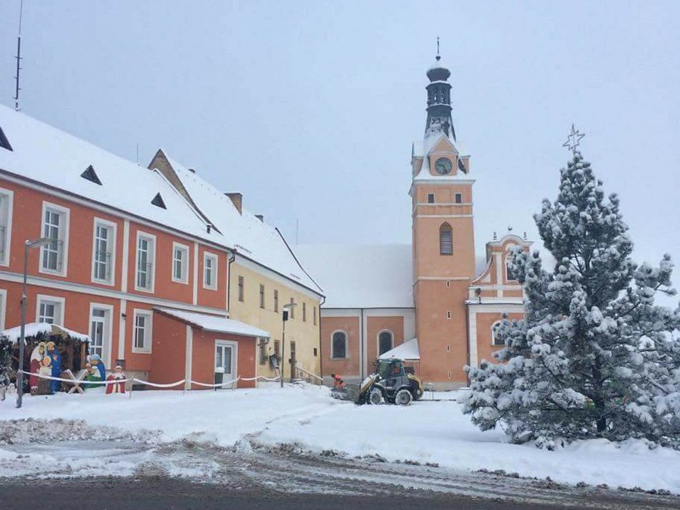 První sněhová nadílka ve Lhenicích.