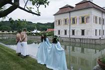 Průvodce, který představí osobnosti spjaté se zámkem Kratochvíle, bude už příští týden k mání. Kastelán zámku pak slibuje zábavu nejen o svatojánské noci.
