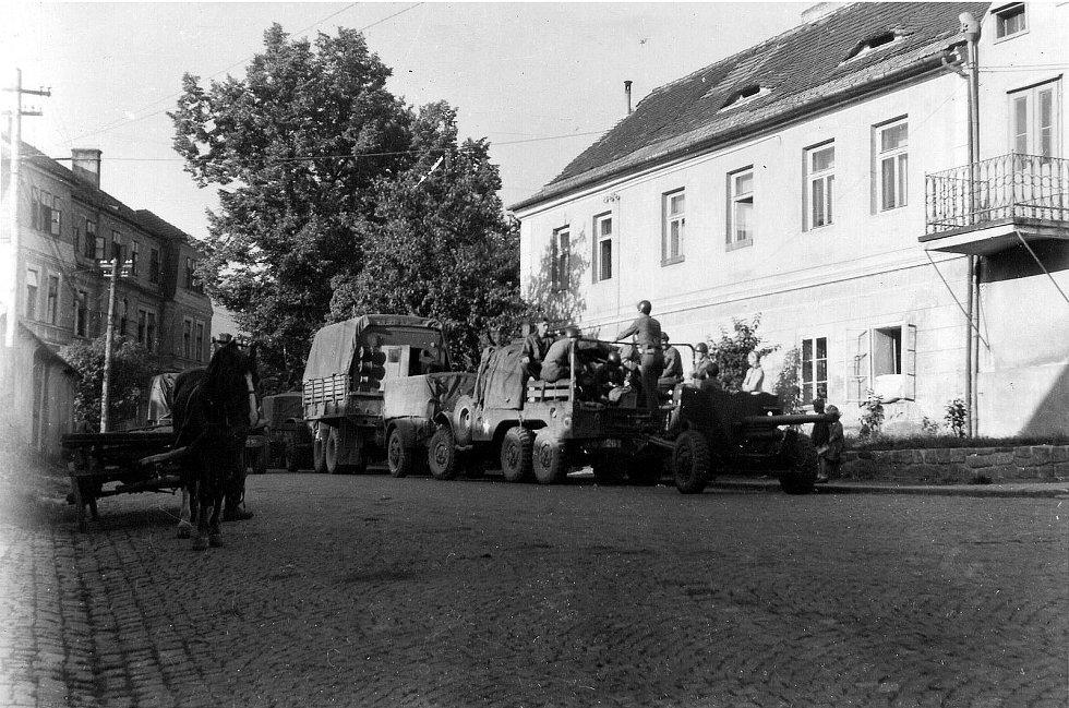 Prachatice v květnu 1945 - US kolona v nynější Zahradní ulici. Fotografie z Diplomové práce Mgr. Pavla Študlara Prachatickému deníku poskytl Emil Nachlinger z Těšovic