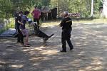 Policisté se psem navštívili tábor.