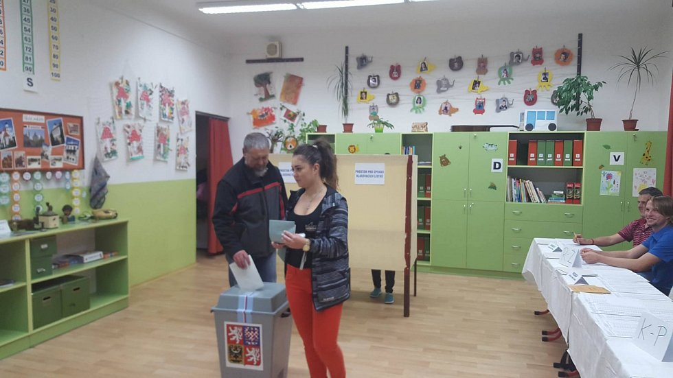 Vladimír Hettner s dcerou přišli volit v pátek večer do ZŠ Vodňanská v Prachaticích.