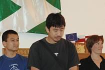 Japonští karatisté si našli chvilku a ještě před začátkem semináře se vypravili na návštěvu Volar. Obdivovali tak nejenom unikátní dřevěné volarské domy, ale i lahodnou chuť volaské pálenky.