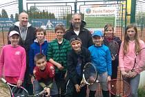 Tenisté pod vedením P. Kutláka a V. Hettnera vstoupili do soutěží úspěšně.