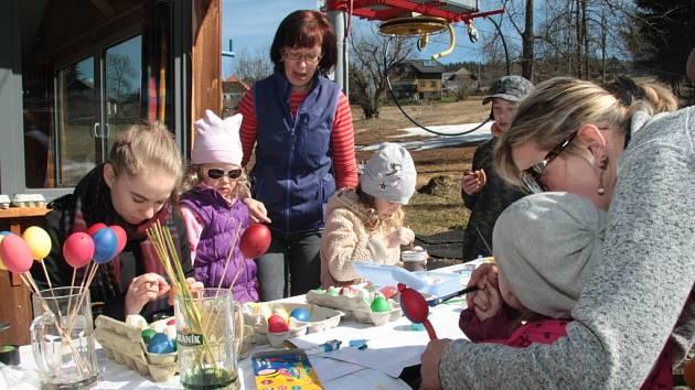 O Velikonocích vystřídalo lyžování na Libínském Sedle malování vajíček a pletení pomlázek.