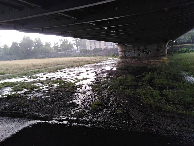 Bouřka pod Dlouhým mostem v Českých Budějovicích.