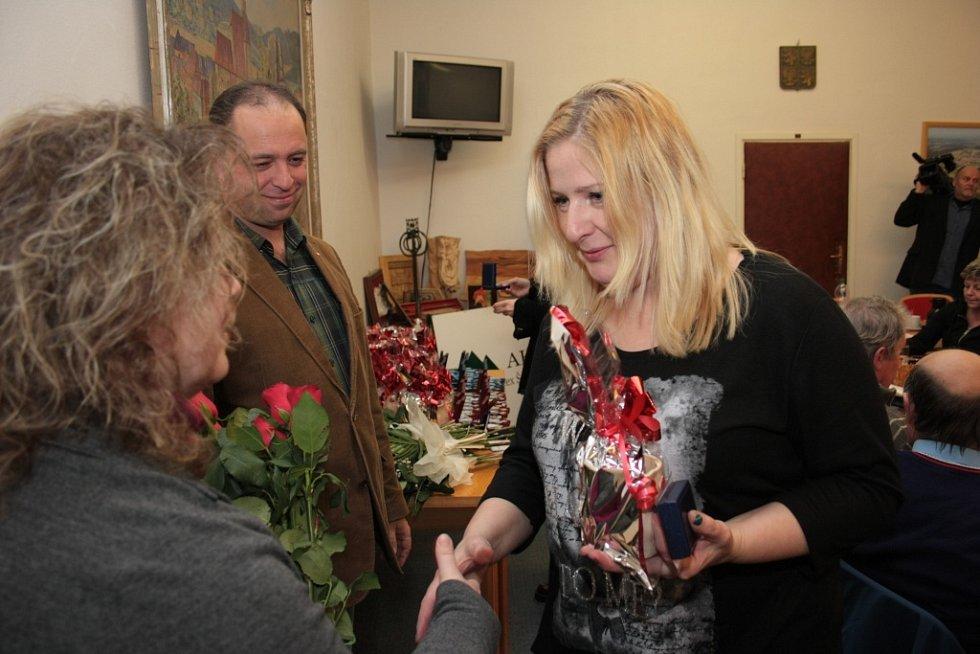 Zástupci Oblastního spolku Českého Červeného kříže ocenili dobrovolné dárce krve z Prachaticka a předali jim stříbrné a zlaté Janského plakety a dva Zlaté kříže 3. stupně.