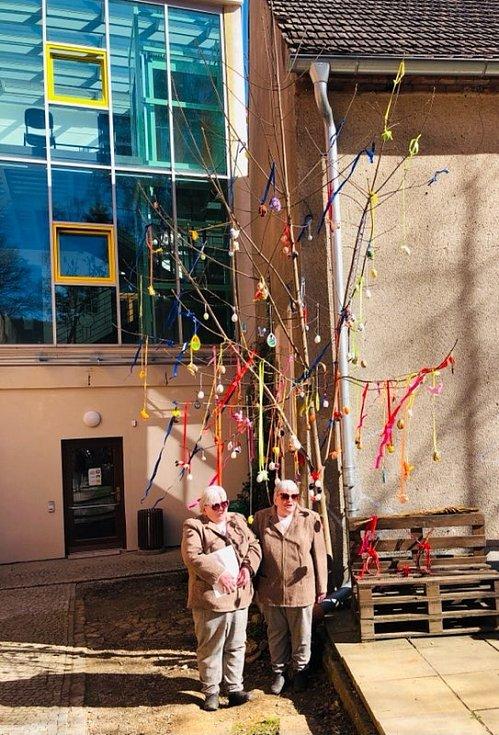 Velikonoční strom v Mezigenerační zahradě.