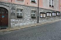 Hlavní budova Městského úřadu Vimperk je pro vozíčkáře hůře přístupná již sklonem ulice, vlastní úřad je rovněž samý schod.