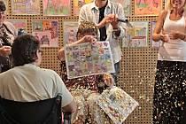 Návrhy obrázků na pexeso představili Prachatičtí v sále Národního domu.