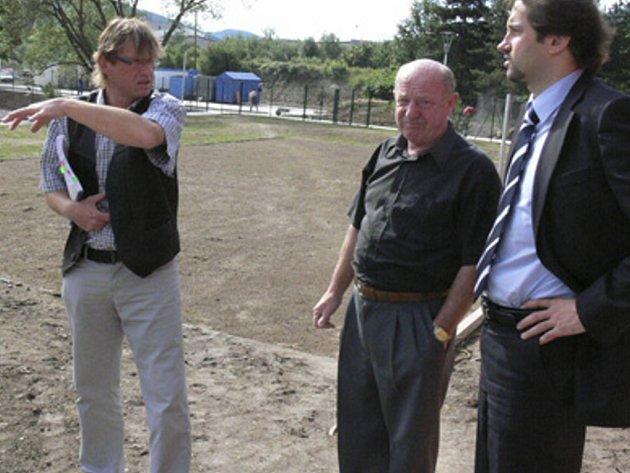Vedoucí odboru investic Jaromír Markytán, zastupitel Václav Rosa a místostarosta Martin Malý při předávní koupaliště Hulák městu.