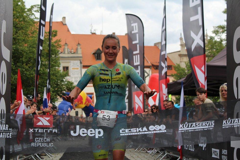 Němka Laura Philipp vyhrálo po Short tracku i hlavní závod Světového poháru v terénním triatlonu XTERRA Czech v Prachaticích.