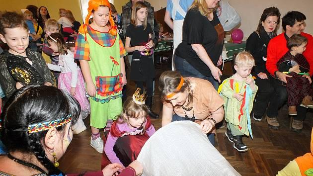 V sobotu se Na Kovárně sešly děti v maškarních kostýmech. Dorazilo jich na sto padesát.