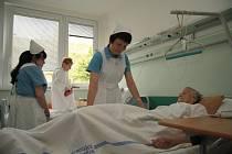 Sestry v prachatické nemocnici si v pondělí 12. května oblékly do služby tradiční modrobílé stejnokroje. Oslavily tím Mezinárodní den sester.
