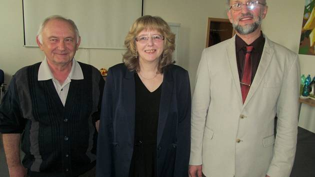 Tři pedagogové z Prachatic získali ocenění Vynikající pedagog. Domů si jej odvezli (zleva) Karel Černý, Libuše Tesařová a Jiří Vopálka.