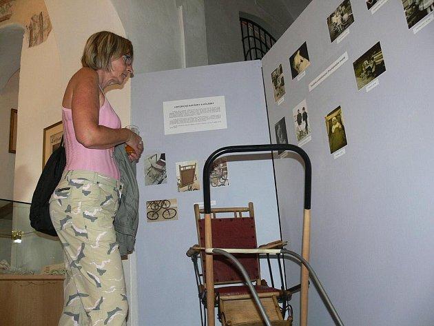 Historické kočárky a kolébky. Tak zní název nové výstavy, kterou na závěr letošní sezony připravilo prachatické muzeum.  Jeho dospělé návštěvníky symbolicky přivede znovu do dětství a jejich ratolesti naopak pobaví i poučí.