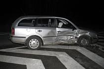 Řidič Škody Octavia nedal přednost protijedoucímu VW Golfu a způsobil tak dopravní nehodu.