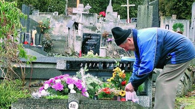 INVESTICE. Rozvody vody na vimperském hřbitově jsou v havarijním stavu. Radnice je nechá opravit. Obyvatelé města by přivítali i automat na svíčky.