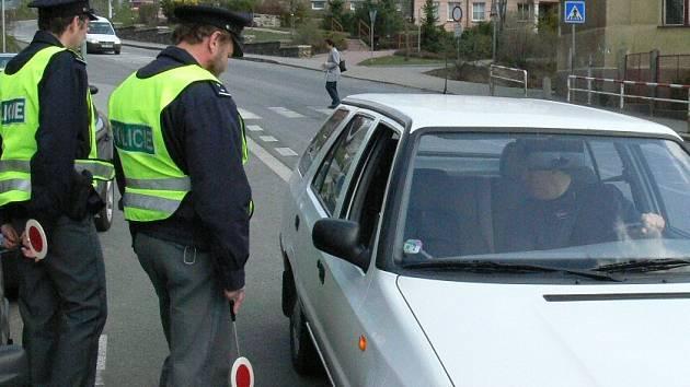 Policisté kontrolují jednoho z řidičů.