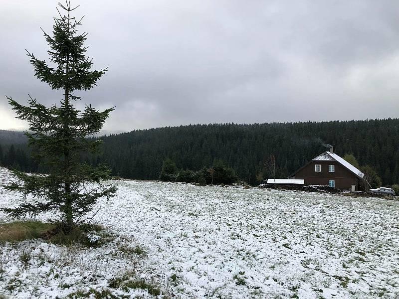 První sníh přišel letos na Kvildu v noci na 13. října.