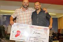 Karatisté poděkovali instruktorům a předali šek pro nemocného kamaráda. Zleva David Havlík z Karatedo Tsunami Prachatice, Richard Růžička z SKP Hvězda Karlovy Vary
