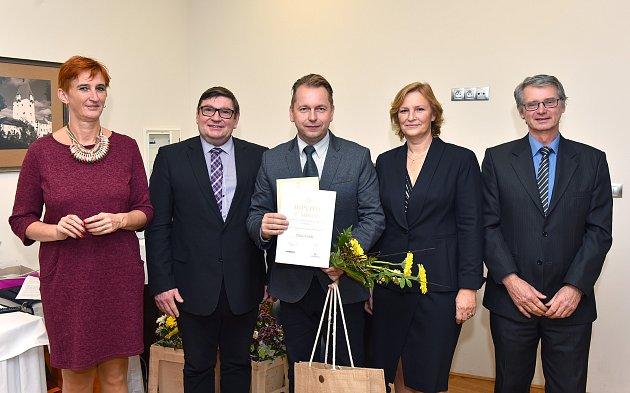 Na prvním místě ve své kategorii se umístili Kvildští. Starosta Václav Vostradovský (uprostřed) převzal za výsledky v třídění za obec Kvilda diplom.