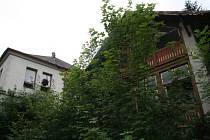 Areál zamýšleného wellness centra na Lázních svaté markéty v Prachaticích. Místo nových budov, které tu měly stát, vyrostly jen další stromy a křoví a zbylé staré budovy dál chátrají.