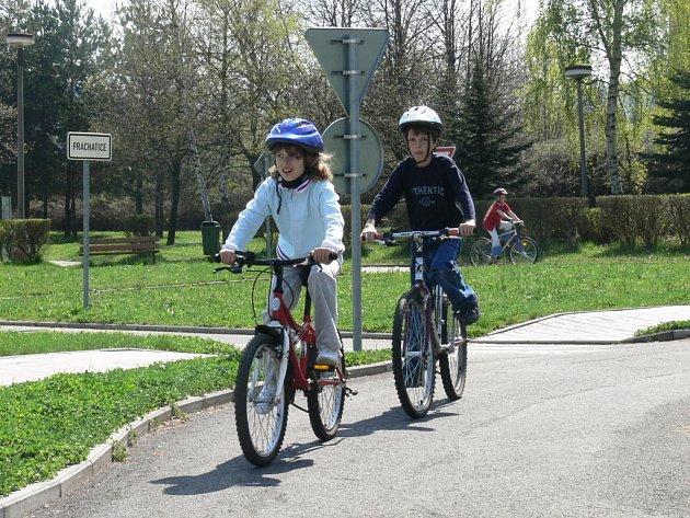 Žáci prvního stupně Základní školy ve Vodňanské ulici v Prachaticích si na místním dopravním hřišti otestovali své znalosti z bezpečnosti na silnicích. Například se dozvěděli, co nesmí chybět v povinné výbavě cyklisty či kola.