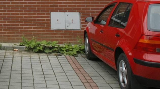 Řidiči parkují bez poplatků na placených parkovištích. Ilustrační foto.