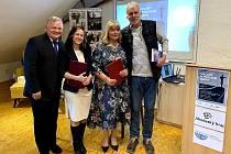 Memorandum o spolupráci podepsaly ředitelky  prachatického Gymnázia Jana Dejmková a ředitelka Gymnázia Vavrinca Benedikta Nedožerského Eleónora Porubcová v prachatickém KreBul.