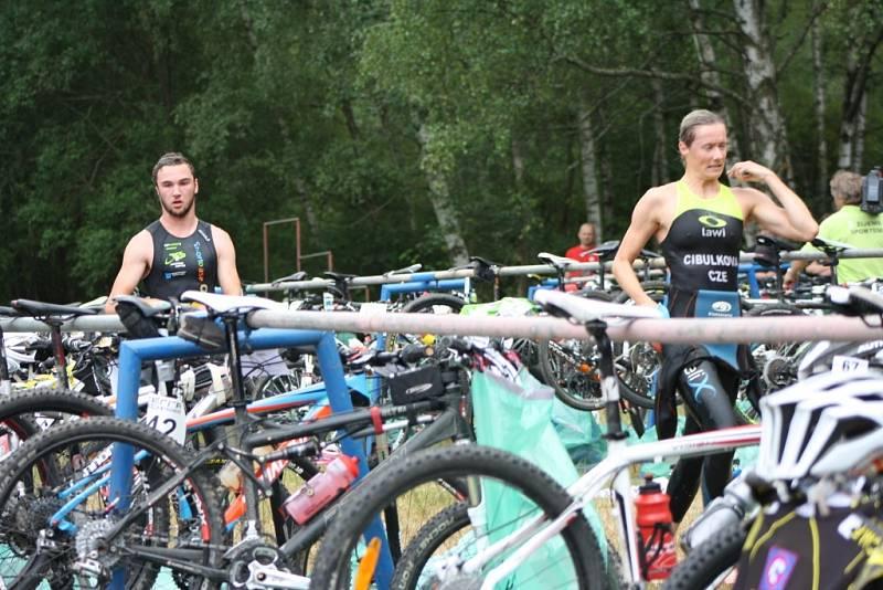 Plavecká část končí, začíná boj na kole.