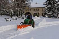 Prachatičtí letos v zimě pustí na úklid sněhu malou techniku v podobě čtyřkolek. Ty pojedou především na místa, kam se jiné stroje nevejdou. Vyčistí i lávku v Osecké ulici.