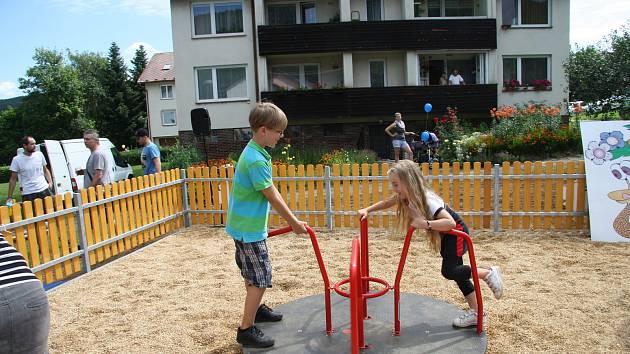 Děti už se baví na novém hřišti.